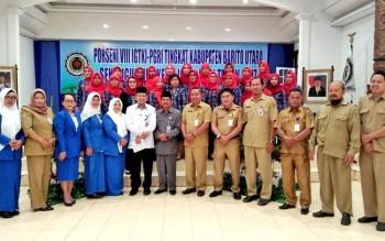Kepala Dinas Pendidikan Barito Utara Masdulhaq bersama pejabat lainnya seusai membuka Porseni VIII IGTKI-PGRI sekaligus memperingati HUT ke-67 IGTKI-PGRI ke 67 tingkat kabupaten, Senin (20/11/2017).