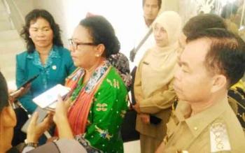 Menteri Pemberdayaan Perempuan dan Perlindungan Anak RI Yohana Susana Yembise didampingi Bupati Sakariyas dan Ketua TP PKK Daurwatie Sakariyas saat berada di Kasongan, Senin (20/11/2017).