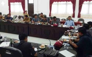 RDP antara Komisi III DPRD Gumas dengan pihak Dinas Kesehatan dan kontraktor yang mengerjakan proyek pembangunan rumah sakit pratama di ruang RPD, Senin (20/11/2017).