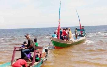 Sejumlah masayarakat Desa Ujung Pandaran saat mengantarkan perahu yang membawa 44 jenis kue yang akan di larutkan di Laut Pantai Ujung Pandaran, beberapa waktu lalu.