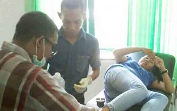 Tampak dokter spesialis saat mengobati pasien di Puskesmas Delang, beberapa waktu lalu.