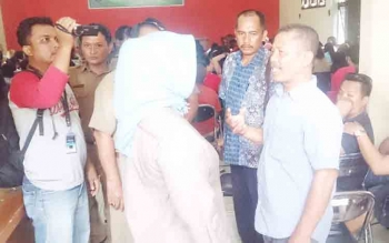 Bupati Kotawaringin Barat, Hj Nurhidayah berdialog dengan mucikari di Aula Dinas Satpol PP, Senin (20/11/2017)