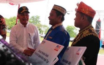 Gubernur Kalteng Sugianto Sabran menyerahkan bantuan di kegiatan Pameran Kedaulatan Pangan.