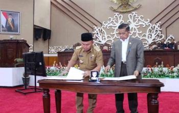 Gubernur Kalimantan Tengah, Sugianto Sabran (kiri) menandatangani naskah KUA-PPAS APBD 2018 saat sidang paripurna, Senin (20/11/2017)