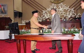 Gubernur Provinsi Kalimantan Tengah, Sugianto Sabran (kiri) bersalaman dengan Ketua DPRD Kalteng R Atu Narang seusai penandatanganan KUA-PPAS APBD 2018, Senin (20/11/2017)