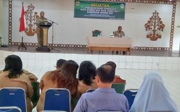 Asisten III Setda Gunung Mas Yohanes Tuah saat membuka kegiatan Publikasi Hasil Pendataan Gender dan Anak di GPU Tampung Penyang, Kuala Kurun, Selasa (21/11/2017).