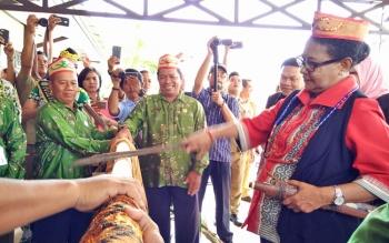 Menteri Pemberdayaan Perempuan dan Perlindungan Anak (PPPA) Republik Indonesia Yohana Susana Yembise saat melakukan prosesi potong pantan ketika datang di Kota Sampit, Selasa (21/11/2017).
