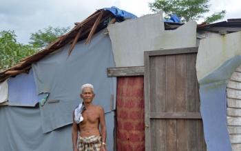 Kakek Arsyad, 52, warga Desa Baguntan Raya, Kecamatan Bataguh, Kabupaten Kapuas, saat berada di depan rumahnya yang sangat sederhana, Selasa (21/11/2017).