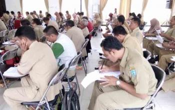 Puluhan guru sedang serius mengisi lembar jawaban soal ujian pada Olimpiade Guru Nasional Mipa SD tingkat Kabupaten Lamandau di Aula kantor Bappeda, Selasa (21/11/2017).