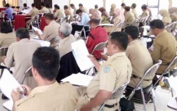 Guru mengikuti ujian Olimpiade Guru Nasional (OGN) MIPA SD tingkat kabupaten Lamandau di Aula Kantor Bappeda, Selasa (21/11/2017).