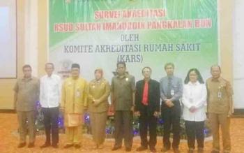 Bupati Kobar Nurhidayah foto bersama dengan jajaran pimpinan RSUD Sultan Imanuddin Pangkalan Bun serta anggota tim akreditasi rumah sakit
