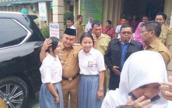 Gubernur Kalteng Sugianto Sabran (berpeci) saat mengunjungi SMAN 1 Palangka Raya, Selasa (21/11/2017).