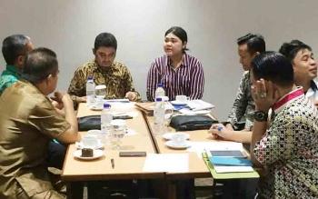 Kepala Dinas Kominfo Kabupaten dan Kepala Dinas Pelayanan Perizinan Terpadu Kabupaten Barito Utara ketika mengikuti sosialisasi pembangunan BTS tahun 2018