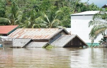 Rumah warga Desa Muara Inu, Kecamatan Lahei, Kabupaten Barito Utara, nyaris tenggelam akibat dilanda banjir, Selasa (21/11/2017).