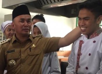 Gubernur Kalteng Sugianto Sabran saat memberikan nasihat kepada salah seorang siswa SMKN 3 Palangka Raya, Selasa (21/11/2017).