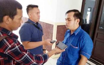 Anggota DPRD Kabupaten Gunung Mas Evandi Juang (kanan) memberikan keterangan kepada wartawan, Selasa (21/11/2017).
