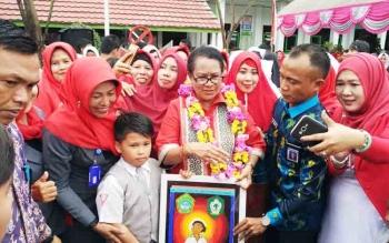 Menteri PPPA Yohana Susana Yembise berkunjung ke SD 2 Mentawa Baru Hulu, Sampit, Selasa (21/11/2017).
