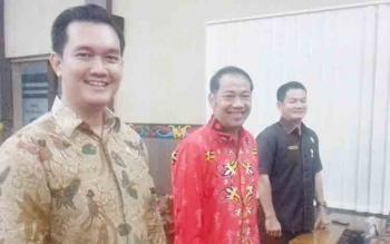 Ketua Komisi I Handoyo J Wibowo (batik merah) saat bersama anggota DPRD Kotim yang lain.