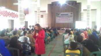 Sekretaris Komisi Perlindungan Anak Indonesia (KPAI) Erlinda Iswanto saat menjadi narasumber lokakarya panduan sekolah ramah anak di Aula Pemerintah Kabupaten (Pemkab) Kapuas, Senin (21/11/2017)