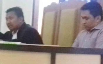 Rendra Paranandeng (32) terdakwa kasus illegal mining, saat jalani sidang didampingi kuasa hukumnya Yapet Kurniawan.