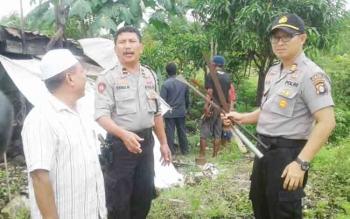Orang Gila Ngamuk Sambil Bawa Parang, Polisi Langsung Meredam