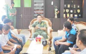 Bupati Barito Utara, Nadalsyah saat berbincang dengan wartawan