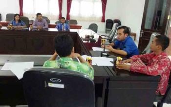 Anggota DPRD Gumas Evandi Juang (baju biru) saat pertemuan dengan mahasiswa asal Kabupaten Gumas, Selasa (21/11/2017).