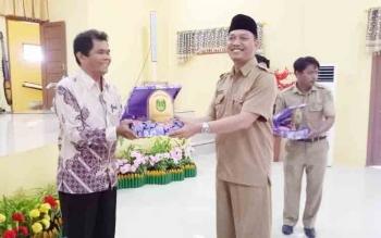 Wakil Bupati Sukamara Windu Subagio memberikan cendramata kepada nara sumber