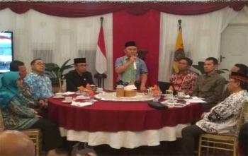 Sugianto Sabran, Gubernur Kalimantan Tengah sedang memberikan wejangan kepada para kepala sekolah di Istana Isen Mulang, Selasa (21/11/2017) malam