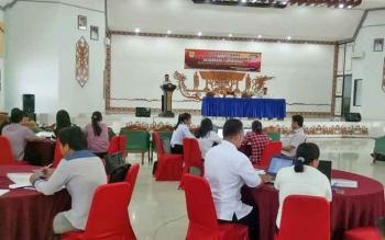 Sekretaris Dinas Pemberdayaan Masyarakat dan Desa Kabupaten Gumas Jepin menyampaikan sambutan saat pelatihan siskeudes gelombang I di GPU Dang Batu Kuala Kurun, Rabu (22/11/2017)