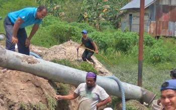 teknisi PDAM Tirta Arut pasang selongsong baja pada pipa induk yang berada di Jalan Cilik Riwut I Bamban