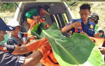 Jasad Nor Afika saat dibawa dengan ambulans menuju rumah duka, Rabu (22/11/2017).