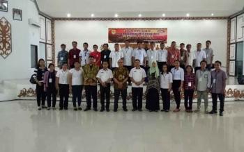 Sekretaris Dinas Pemberdayaan Masyarakat dan Desa Kabupaten Gunung Mas Jepin saat bersama peserta Pelatihan Siskeudes di GPU Damang Batu, Kuala Kurun, Rabu (22/11/2017).