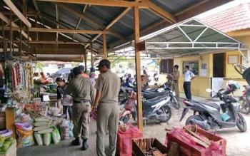 Satpol PP Sukamara saat menggelar razia di Pasar Saik.