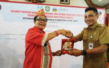 Menteri PPPA Yohana Susana Yambise menerima cindera mata dari Bupati Kotim Supian Hadi, saat berkunjung ke Sampit, Selasa (21/11/2017).