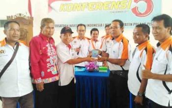 Ketua PWI Kalimantan Tengah Sutransyah (pakai topi) menyerahkan ADRT PWI kepada Ketua PWI Pulang Pisau terpilih I Nyoman Weda.