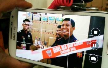 Kepala Kantor Pengawasan dan Pelayanan Bea dan Cukai (KPPBC) Tipe Madya Pabean C Sampit Hartono bersama pegawainya saat memegang miras hasil sitaan mereka karena dijual tanpa cukai beberapa waktu lalu.