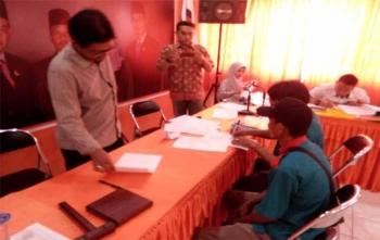 Anggota KPU Kota Palangka Raya, Wawan Wiraajmaja sedang melayani pengurus Partai Idaman yang menyerahkan berkas KTA dan KTP, Rabu (22/11/2017)