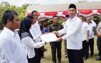 Wakil Bupati Sukamara Windu Subagio menyerahkan SK CPNS kepada tiga penyuluh pertanian.