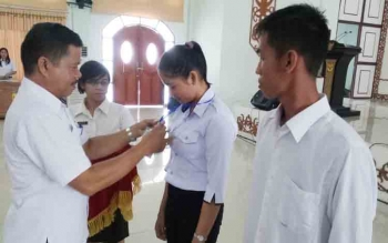 Sekretaris Dinas Pemberdayaan Masyarakat dan Desa Kabupaten Gunung Mas, Jepin memasang tanda peserta Pelatihan Sistem Keuangan Desa (Siskeudes) di GPU Damang Batu, Kuala Kuru, Rabu (22/11/2017)