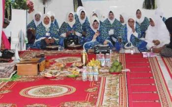 Saat Ketua BKMT Kabupaten Kapuas Hj Nor Hasanah sedang memimpin pembacaan syair maulid habsyi di masjid Tajuddin, Kecamatan Selat, Kabupaten Kapuas.