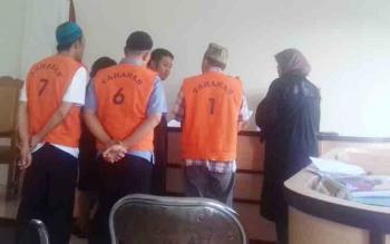 Nordin, Yudiansyah dan Sugianto saat jalani sidang (baju orange).