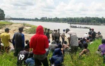 Puluhan penambang tanpa izin saat mendapatkan pengarahan dari aparat gabungan di DAS Katingan Desa Tumbang Banjang Kecamatan Pulau Malan, Rabu (22/11/2017)