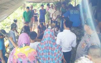 Prosesi pemakaman jenazah Nor Afika di pemakaman keluarga, Rabu (22/11/2017)