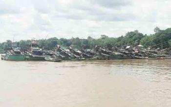 Alat menambang atau yang disebut ponton berjejer di DAS Katingan, Desa Tumbang Banjang, Rabu (22/11/2017).