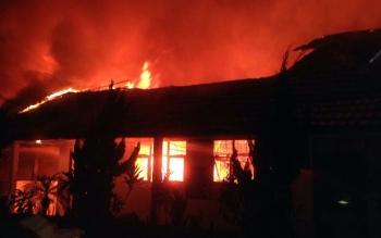 Salah satu sekolah di Palangka Raya yang diduga dibakar, beberapa waktu lalu.