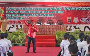 Rahmat Nasution Hamka saat didaulat memberikan arahan di depan ratusan Kades dari empat kabupaten di Kalteng di AJT,