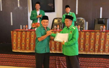 Ketua DPW Kalteng Bambang Suryadi menerima SK dari Wakil Ketua DPP PPP, Ibnu Hajar Dewantara, Selasa (22/11/2017). SK ini baru diserahkan meskipun sebenarnya pada awal Oktober DPP sudah resmi mengeluarkan SK penunjukan dirinya.