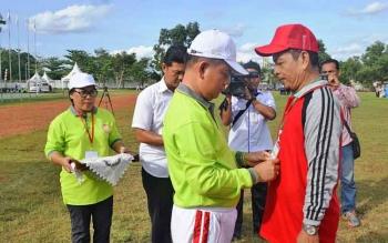 Bupati Kapuas Ben Brahim S Bahat menyematkan tanda peserta pada pembukaan Pekan Olahraga Seni dalam rangka Hari Guru Nasional dan PGRI yang ke-72 di Stadion Olahraga Panunjung Tarung, Kuala Kapuas, Rabu(22/11/2017) sore.