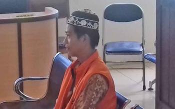 Rafi terdakwa kasus penipuan saat menjalani sidang.